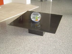 Table basse en granit noir