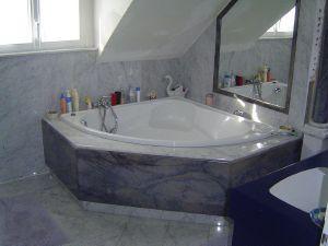 salle de bain en marbre blanc de carrare et en granit bleu azul
